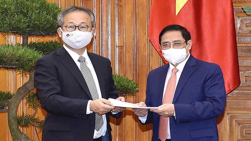 Đại sứ Nhật Bản chuyển thông điệp của Thủ tướng Suga Yoshihide gửi Thủ tướng Phạm Minh Chính về việc hỗ trợ Việt Nam một triệu liều vaccine Covid-19.