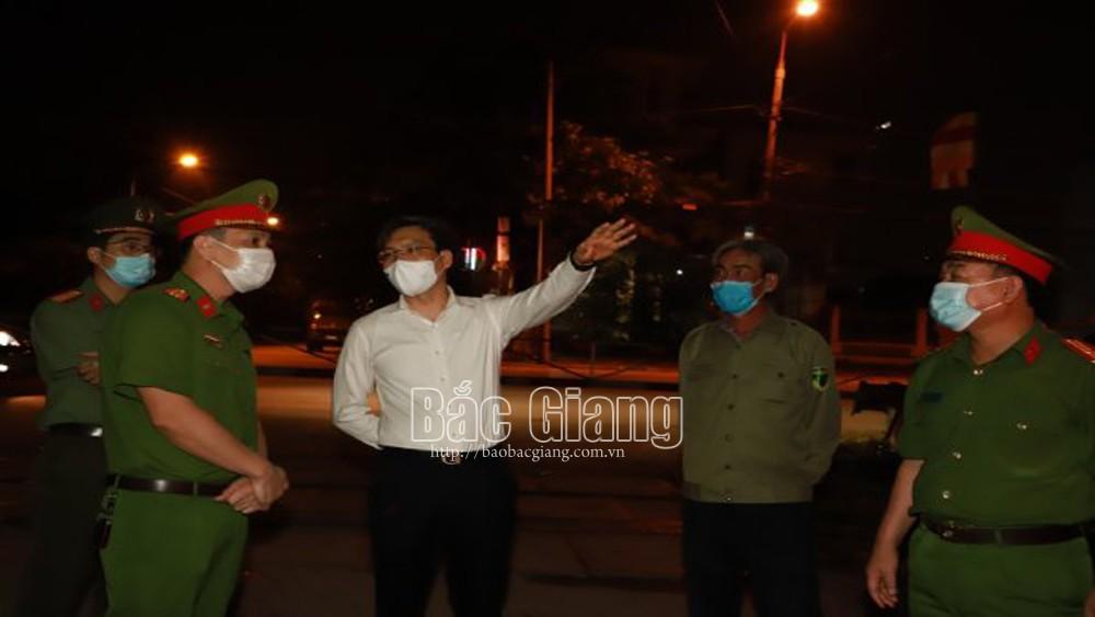 Đại tá Nguyễn Quốc Toản, Giám đốc Công an tỉnh (áo trắng) kiểm tra tình hình PCD tại một chốt kiểm soát ở TP Bắc Giang. Ảnh: Kim Chung