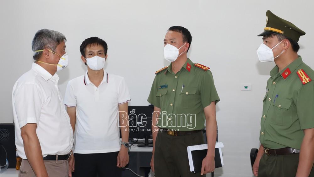 Lãnh đạo Bộ Y tế và Công an tỉnh kiểm tra công tác phòng, chống dịch tại Bệnh viện dã chiến số 2.Ảnh: Linh Phạm