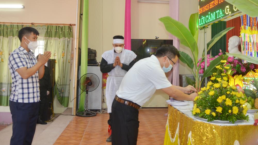 Lãnh đạo UBND huyện Lạng Giang viếng người thân đồng chí Hoàng.