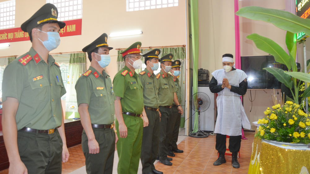 Bắc Giang: Một cảnh sát cơ động chịu tang bà nội và bố tại nơi chống dịch