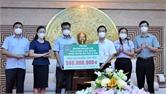 Phó Bí thư Thường trực Tỉnh ủy Lê Thị Thu Hồng trao kinh phí hỗ trợ phòng, chống dịch