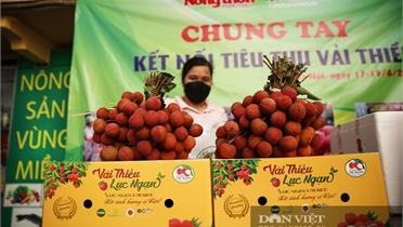 Vải thiều được bày bán tại Trung tâm kết nối tiêu thụ nông sản Báo Nông thôn ngày nay