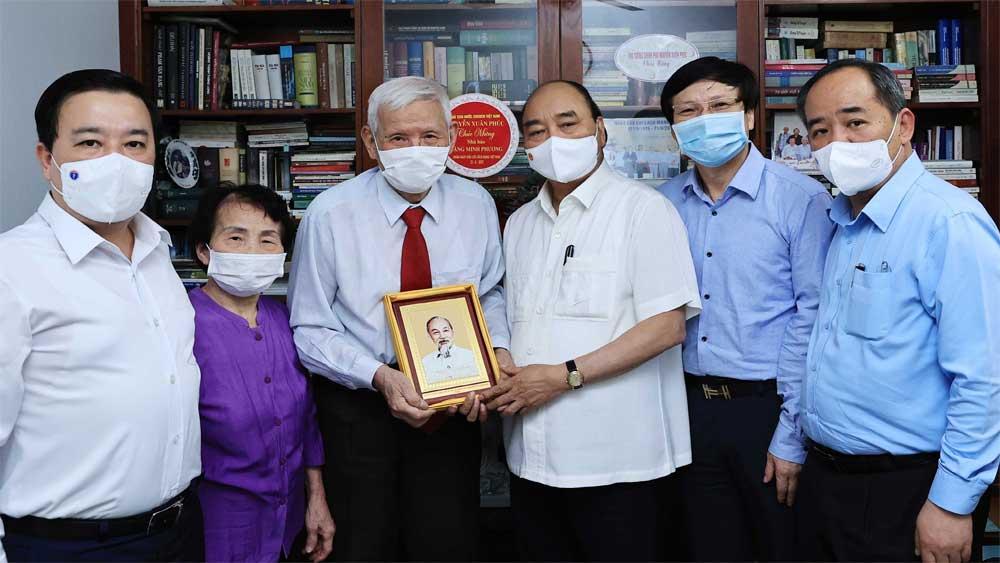 Chủ tịch nước thăm một số nhà báo, gia đình nhà báo lão thành