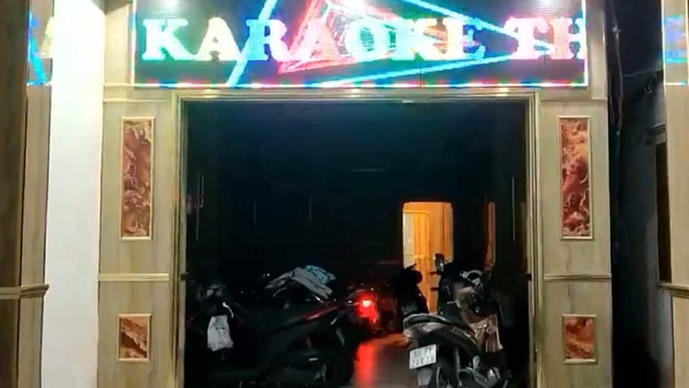 Tiếp viên múa thoát y trong quán karaoke chui
