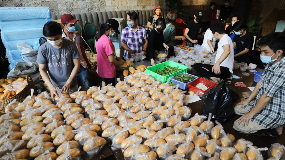 Saigon's restaurant, 2,000 meals per day, the needy, new Covid-19 outbreak, free meals to the poor