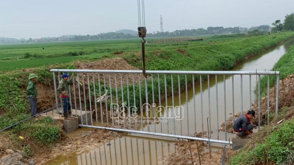 Tân Yên: Lắp đặt 10 rào chắn rác thải trên các tuyến kênh