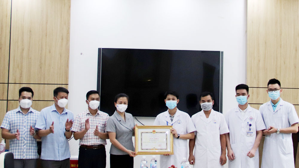 Trao Bằng khen của Chủ tịch UBND tỉnh cho Trường Đại học Y - Dược (Đại học Thái Nguyên)