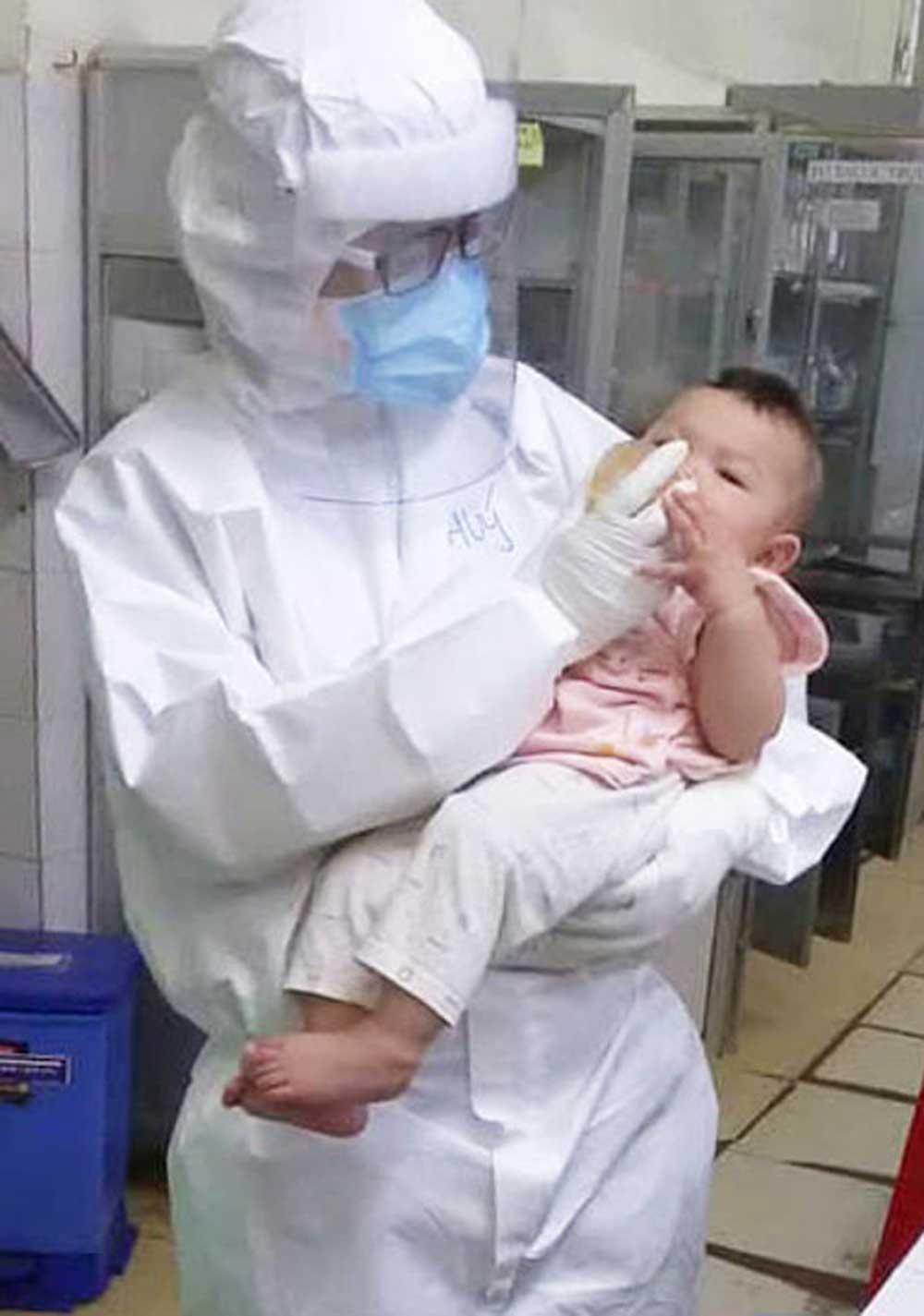 Bác sĩ, vắt sữa, nuôi bé gái mắc Covid, 7 tháng tuổi