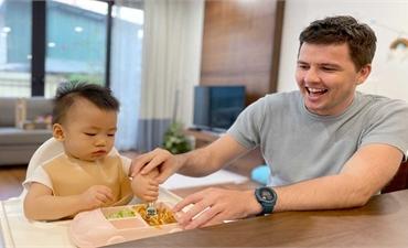 Hạnh phúc của ông bố đơn thân người Ireland nhận nuôi cậu bé Việt Nam