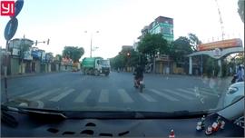 Vượt đèn đỏ, hai thanh niên suýt trả giá đắt dưới bánh xe tải