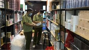 Đột kích shop nước hoa lớn ở Hà Nội, thu giữ vài nghìn chai Dior, Gucci