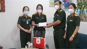 Tặng quà, động viên cán bộ, chiến sĩ tham gia phòng, chống dịch