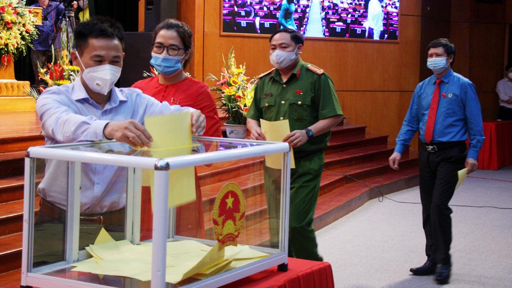 Các đại biểu bỏ phiếu bầu các chức danh chủ chốt của HĐND, UBND tỉnh.