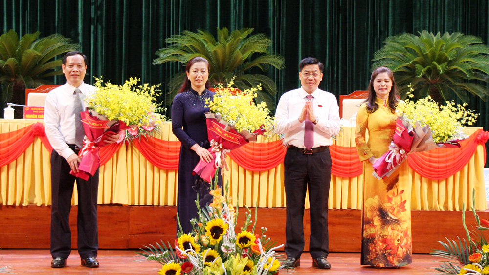 Đồng chí Dương Văn Thái tặng hoa chúc mừng các đồng chí: Lê Thị Thu Hồng, Lâm Thị Hương Thành, Nghiêm Xuân Hưởng được bầu giữ chức vụ Chủ tịch, các Phó Chủ tịch HĐND tỉnh khóa XIX.
