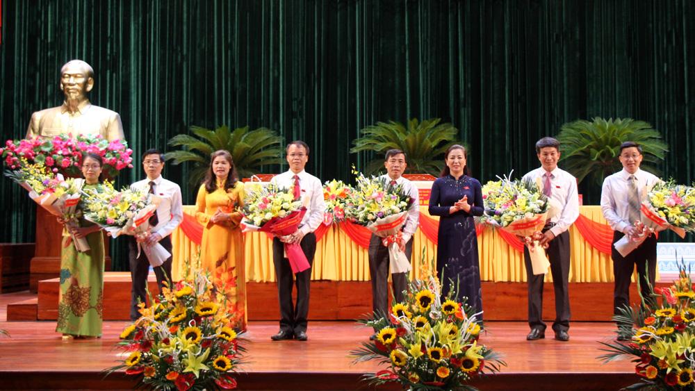 Các đồng chí: Lê Thị Thu Hồng, Lâm Thị Hương Thành tặng hoa chúc mừng các đồng chí được bầu làm Trưởng, Phó các Ban của HĐND tỉnh khóa XIX.