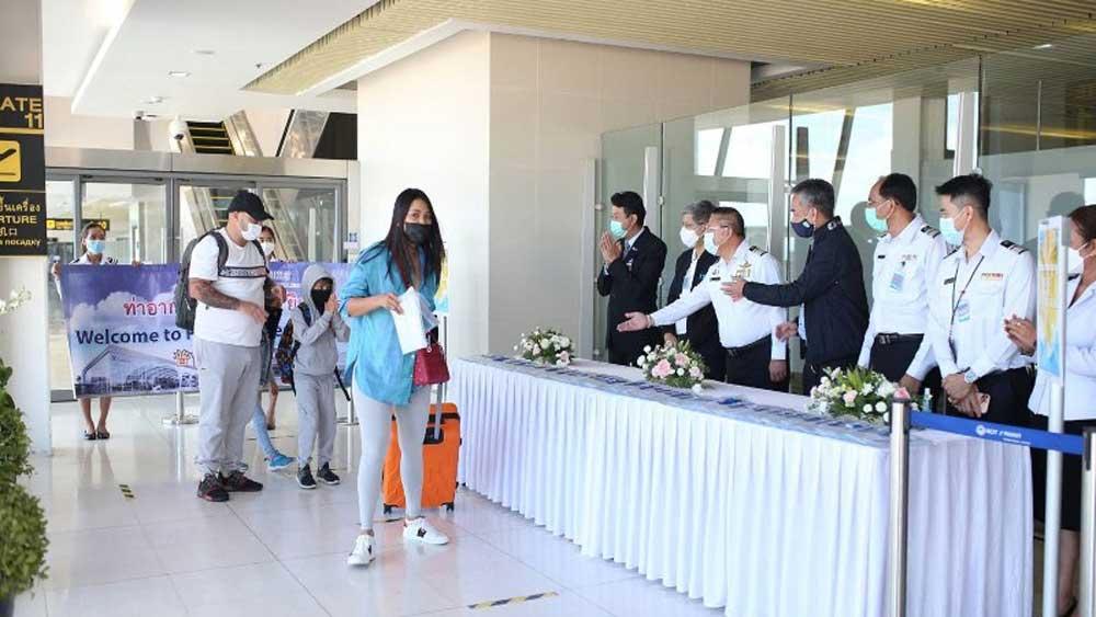 """Những du khách đầu tiên tới Thái Lan theo chương trình """"hộp cát Phuket"""""""