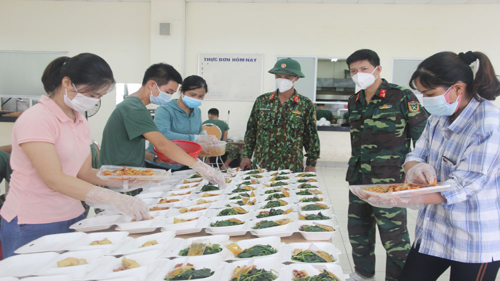 Cán bộ, chiến sĩ Trung đoàn 831 tận tụy phục vụ nhân dân