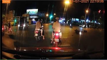 Vượt đèn đỏ, ô tô tông văng người đi xe máy rồi bỏ chạy