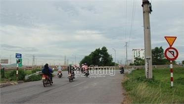 Bất chấp biển báo, nhiều xe máy đi ngược chiều vào cao tốc Hà Nội – Bắc Giang