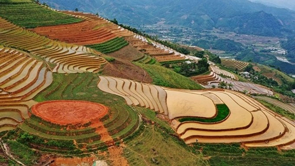 Yen Bai province, new terraced field complex, attracts tourists and photographers, H'Mong ethnic people