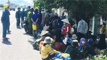 Đi bộ 50 km, 47 lao động được quân đội đưa về quê