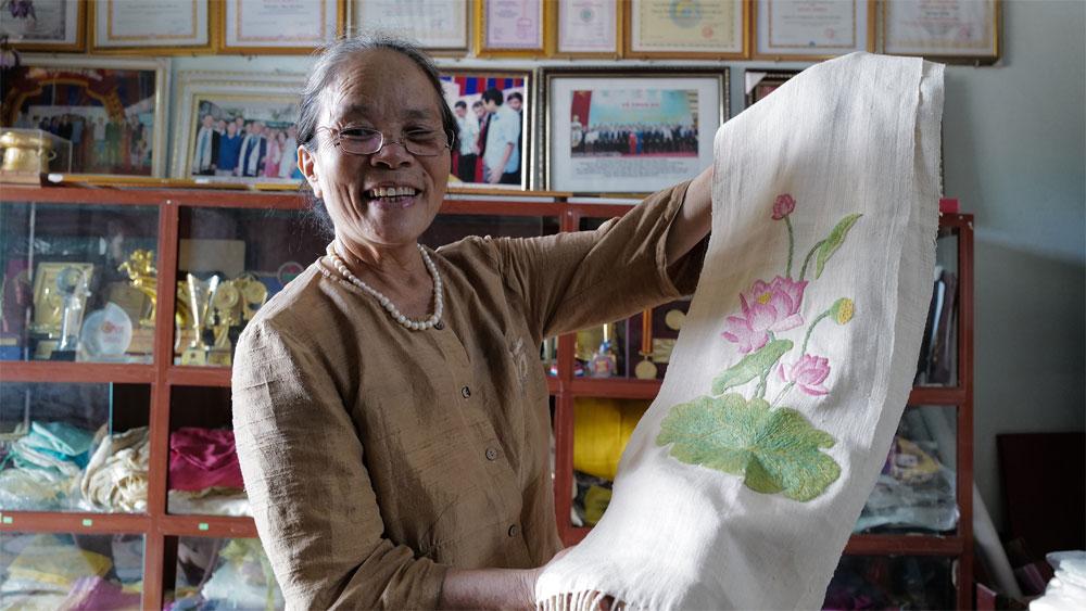 The art, making silk, lotus stem, Phan Thi Thuan, extracts yarn from lotus stalks, lotus silk