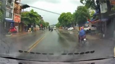 Video: Nghe điện thoại khi lái xe máy, người đàn ông suýt phải trả giá đắt
