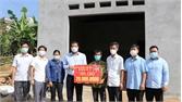 Trao tiền hỗ trợ xây dựng nhà ở cho hộ nghèo tại xã Sa Lý