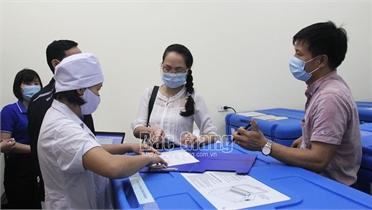 Tiêm vắc xin phòng Covid-19 cho công dân Trung Quốc sống và làm việc tại Bắc Giang