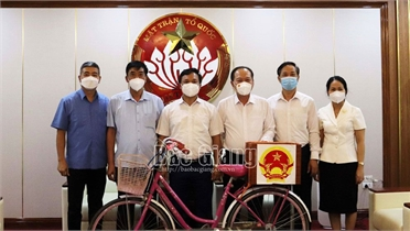 Tặng xe đạp, hòm phiếu bầu cử tại tâm dịch Việt Yên cho Bảo tàng MTTQ Việt Nam