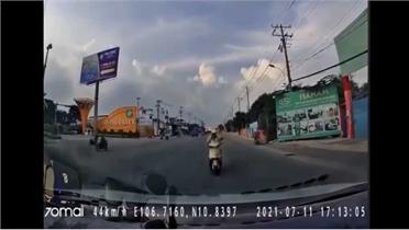 Khó hiểu tình huống người đi xe máy lao thẳng vào ô tô chạy ngược chiều