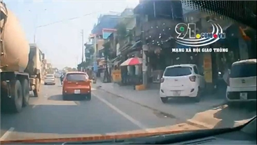 """Ô tô cố tình tạt đầu, gây tai nạn cho người đi xe máy để """"trả đũa""""?"""
