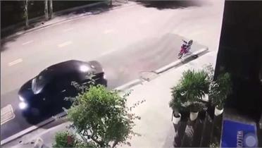 Thanh niên thoát chết may mắn khi ô tô mất lái lao vút lên vỉa hè