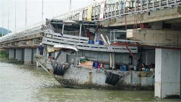 Tàu cá mắc kẹt dưới gầm cầu ở Vũng Tàu