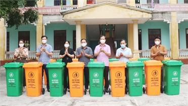 Tặng thùng rác chuyên dụng cho thôn nông thôn mới kiểu mẫu