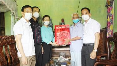 Phó Bí thư Thường trực Tỉnh ủy Lê Thị Thu Hồng tặng quà người có công