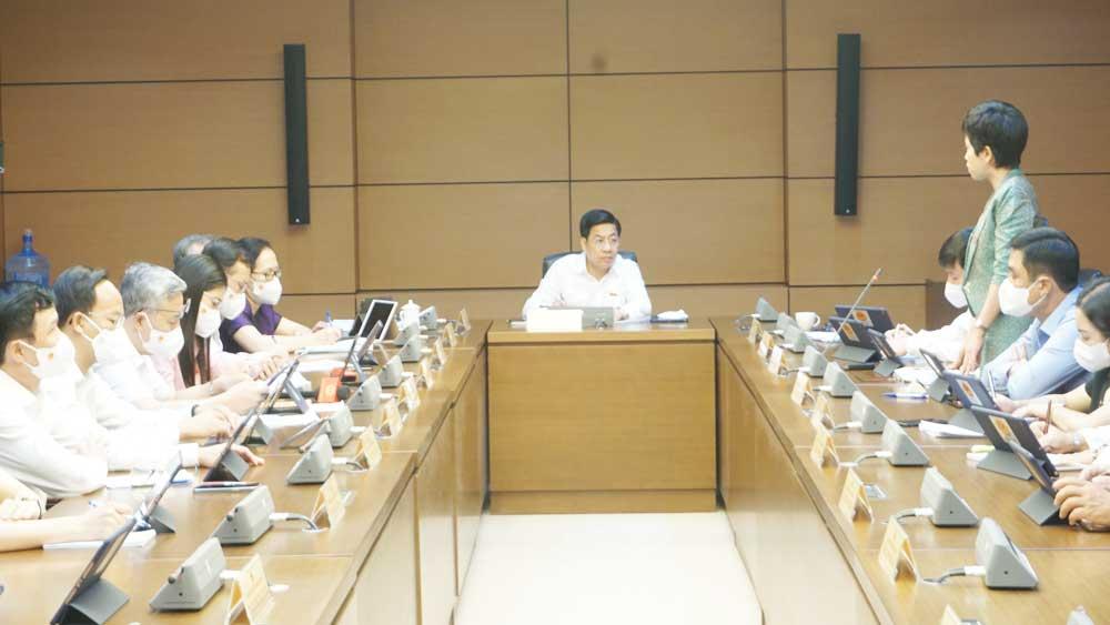 Đồng chí Dương Văn Thái chủ trì thảo luận ở tổ số 12.