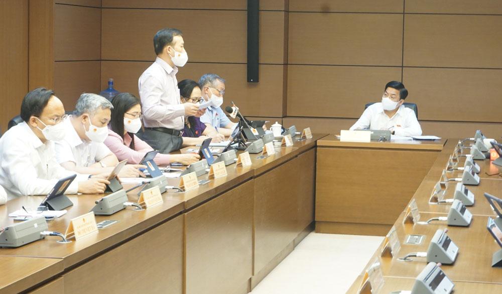 Đại biểu Trần Văn Tuấn, Đoàn Bắc Giang thảo luận tại tổ.