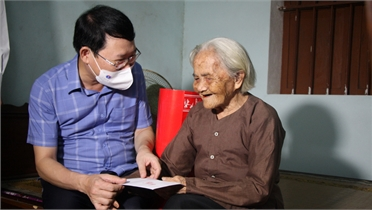 Chủ tịch UBND tỉnh Lê Ánh Dương thăm, tặng quà người có công