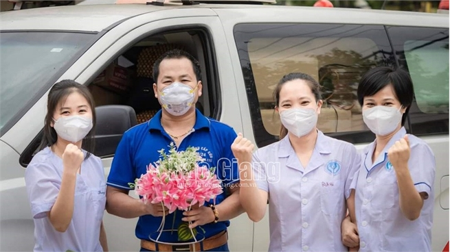 Driver Tran Quang Han honored for voluntarily drives to Dong Thap to help fight pandemic