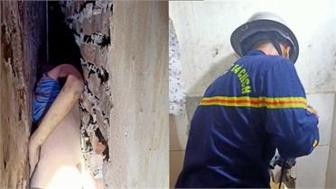 32 phút nghẹt thở cứu bé trai giữa khoảng tường 20 cm ở Hà Nội