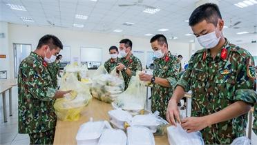 Nhóm ảnh dự thi:  Chăm lo bữa ăn tại bệnh viện dã chiến