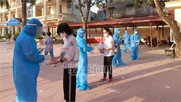 Bắc Giang: Thí sinh đến sớm, sẵn sàng cho ngày thi đầu tiên