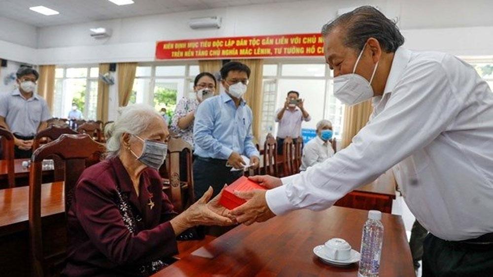 Deputy PM Truong Hoa Binh visits families of revolution contributors in Ho Chi Minh City