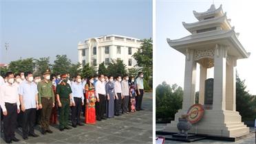 Các đồng chí lãnh đạo tỉnh Bắc Giang dâng hương tưởng niệm các Anh hùng liệt sĩ