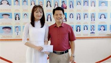 Thầy giáo Hà Tĩnh thưởng nóng học trò thủ khoa toàn quốc