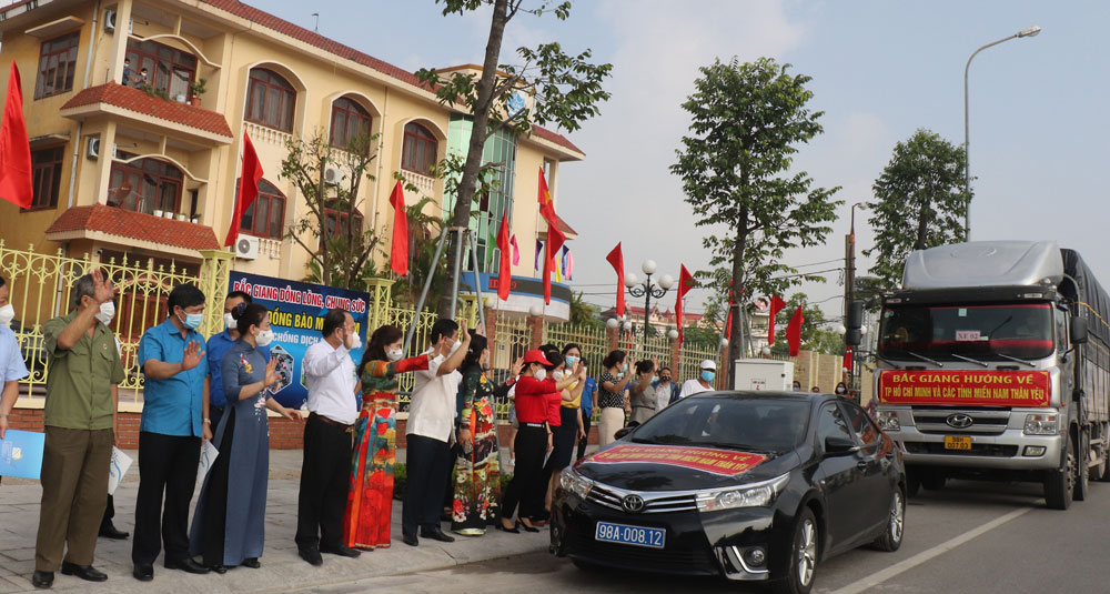 Bac Giang's fleet of trucks carrying 200 tonnes of necessities departs to support Covid-19 fight in Southern localities