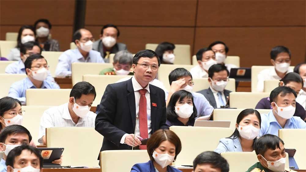 Đại biểu Nguyễn Văn Thi, Đoàn Bắc Giang tham luận.