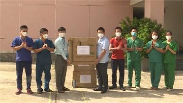 Đoàn công tác Bộ Y tế và tỉnh Bắc Giang tặng vật tư cho khu cách ly ở Đồng Tháp